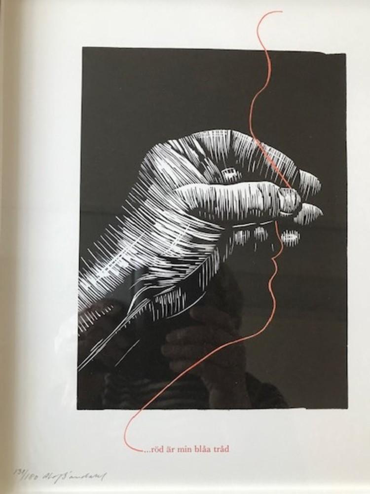 'Röd är min blåa tråd - linoleum och boktryck 33x28 cm', 2020, ett konstverk av Olof Sandahl