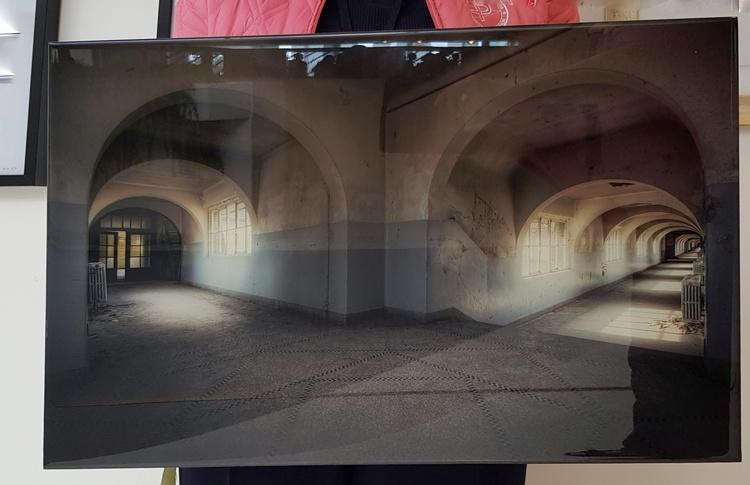 'FOTO - Skiljevägg', 2019, ett konstverk av CarArt